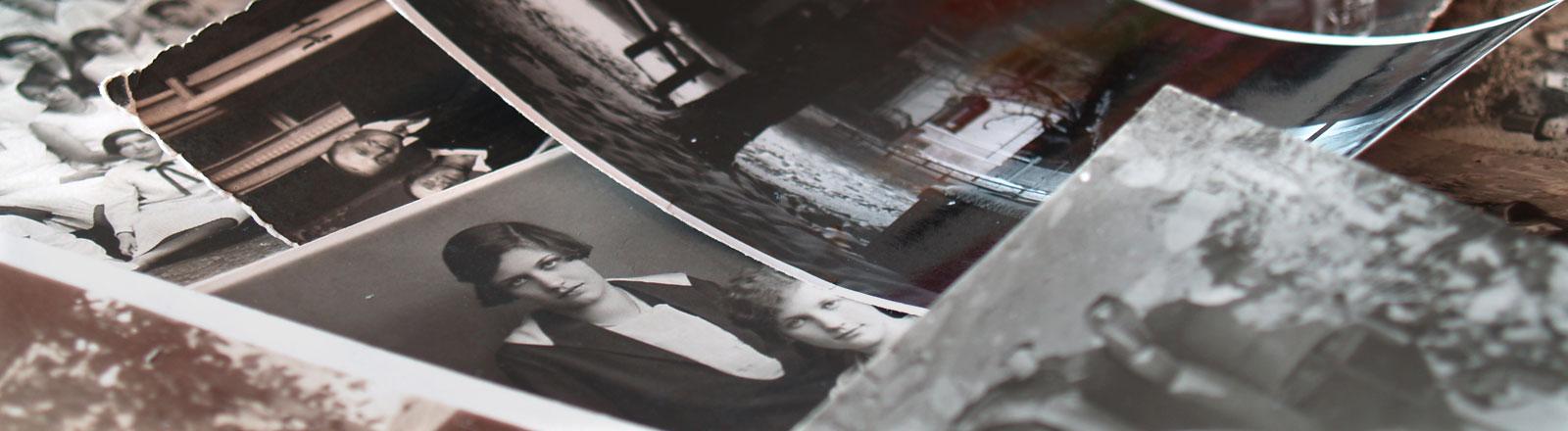 Ein Stapel mit alten Fotos.