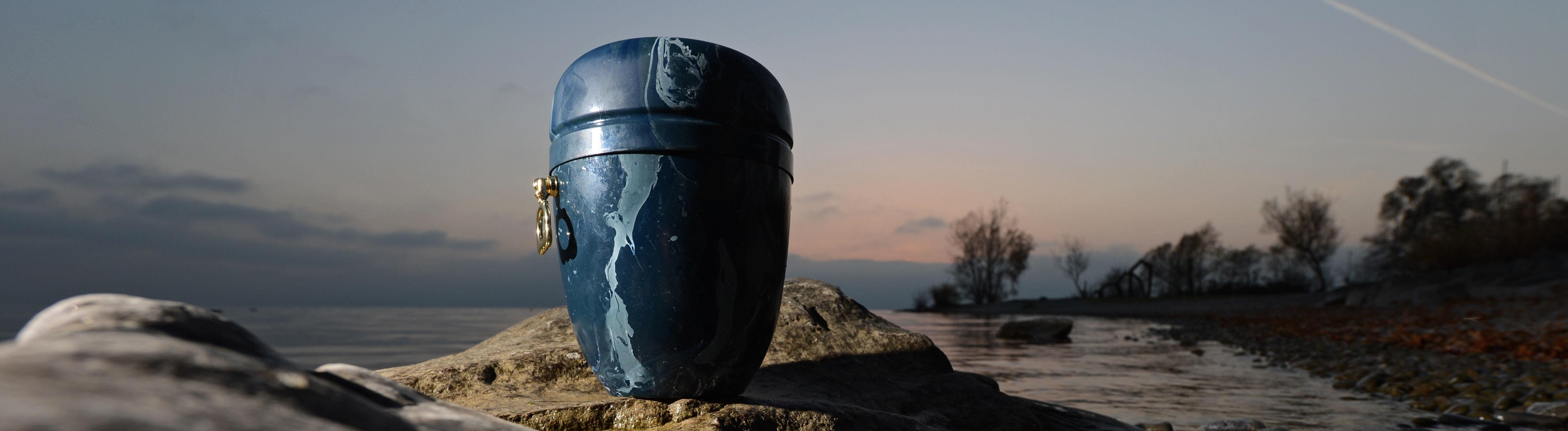 Symbolbild: Eine Urne im Abendrot.