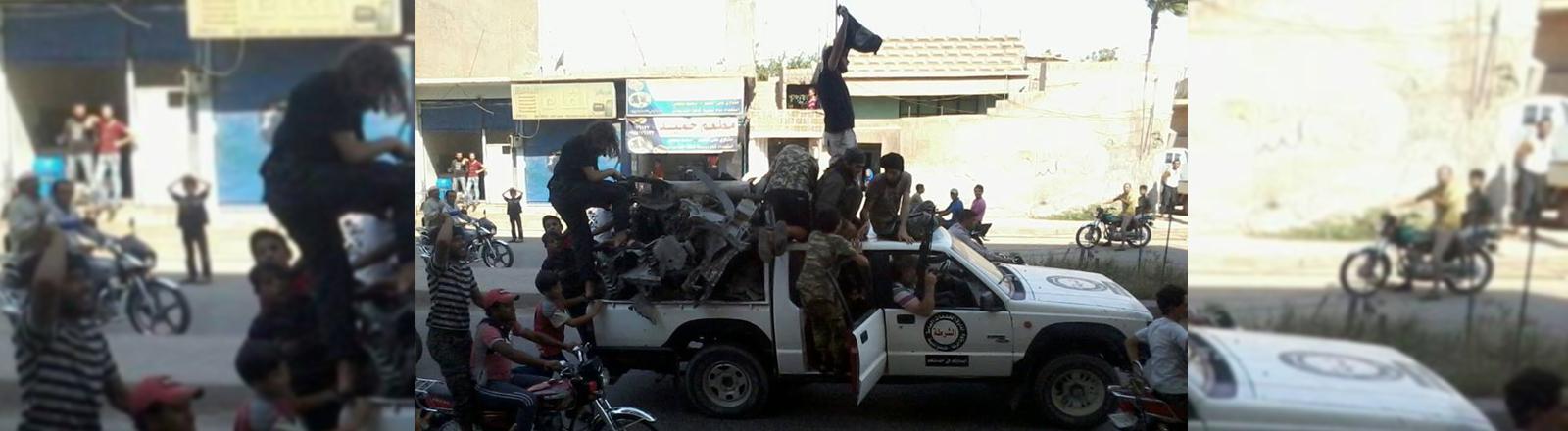 Männer auf einem vollgepackten Auto.