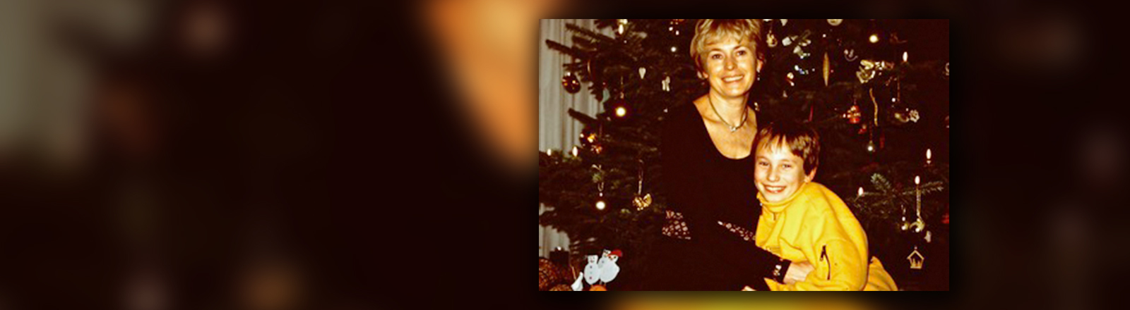 Anne und ihr Sohn Sven vorm Weihnachtsbaum