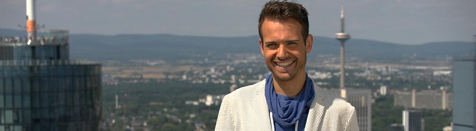 Yannick mit einem strahlenden Lächeln nach seiner Kiefer-OP