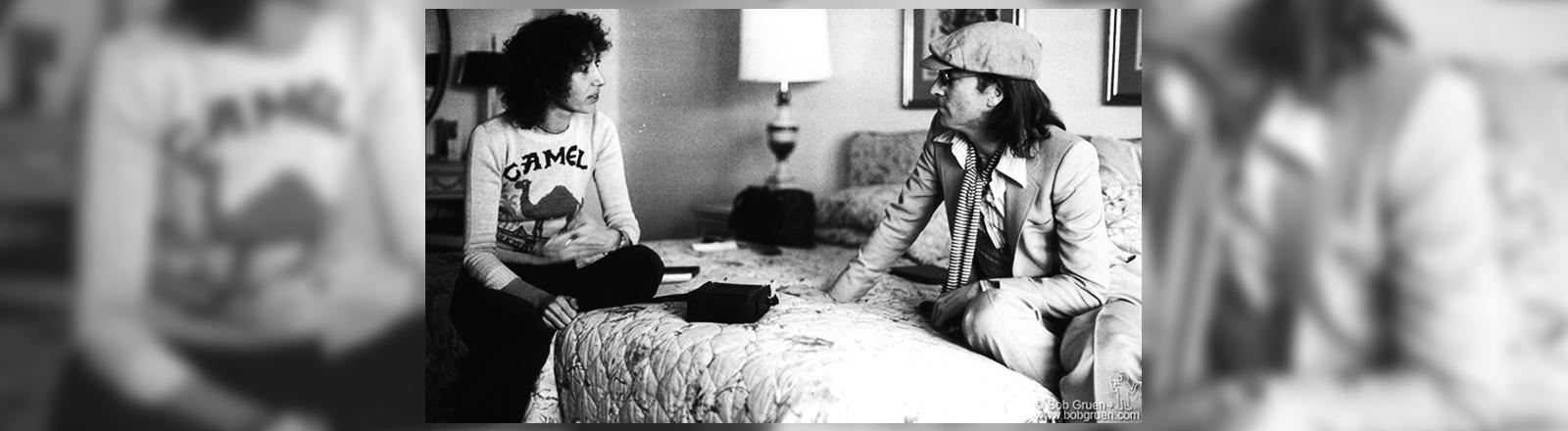 John Lennon und Frances Schoenberger sitzen auf einem Bett.