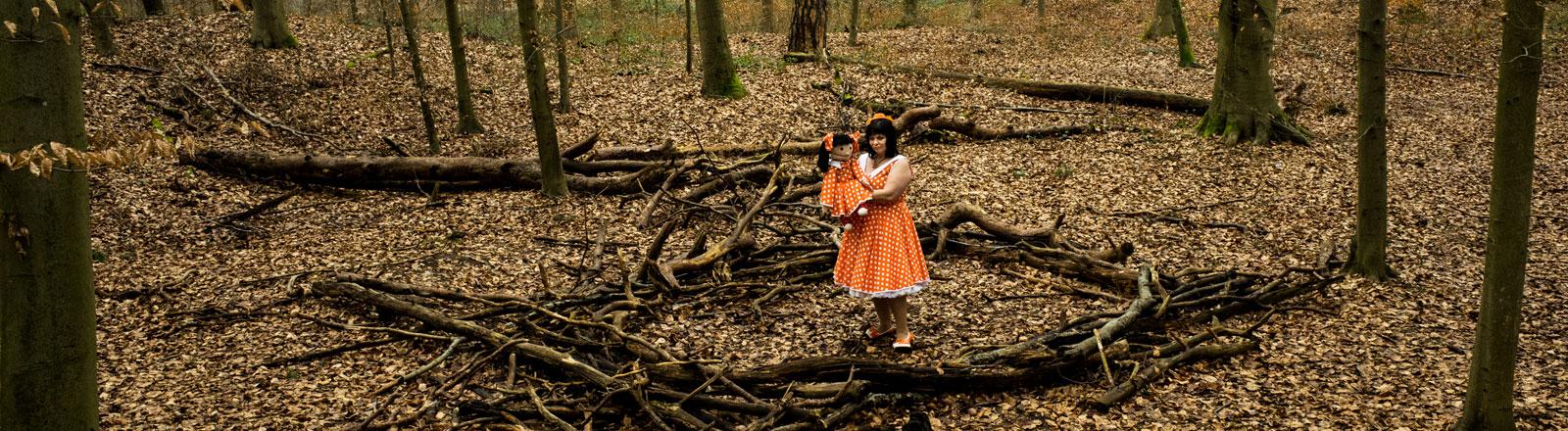 Ulrike Weiß mit ihrer Bauchrednerpuppe Linchen im Wald.
