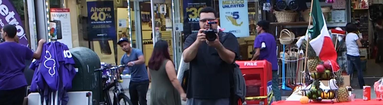 Dennis Flores filmt Polizisten bei der Arbeit in Brooklyn.