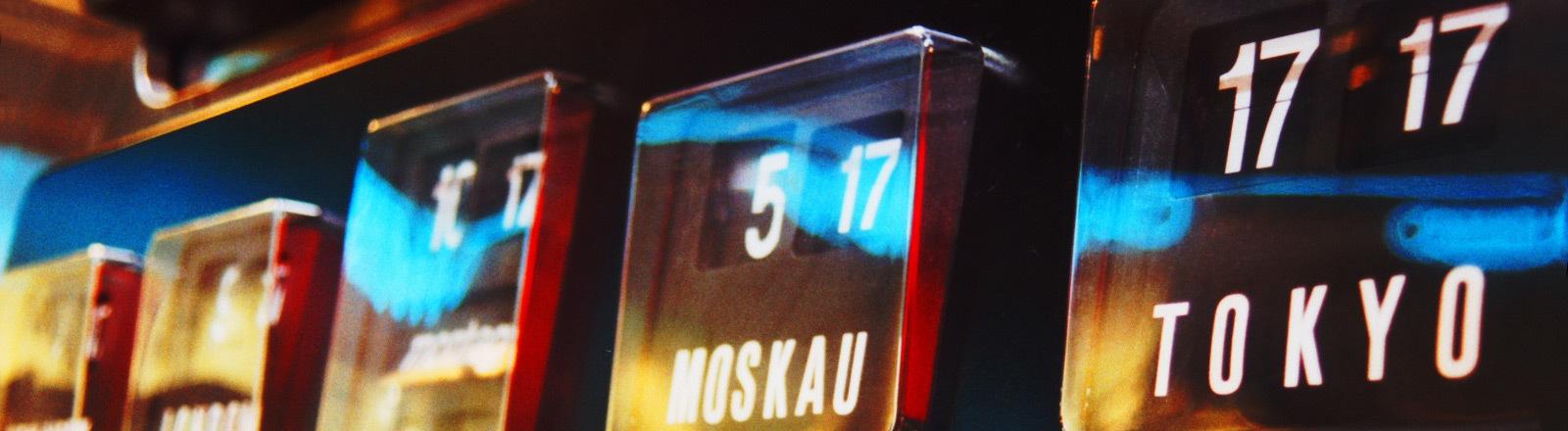 Uhren, die die Uhrzeiten in verschiedenen Zeitzonen anzeigen.
