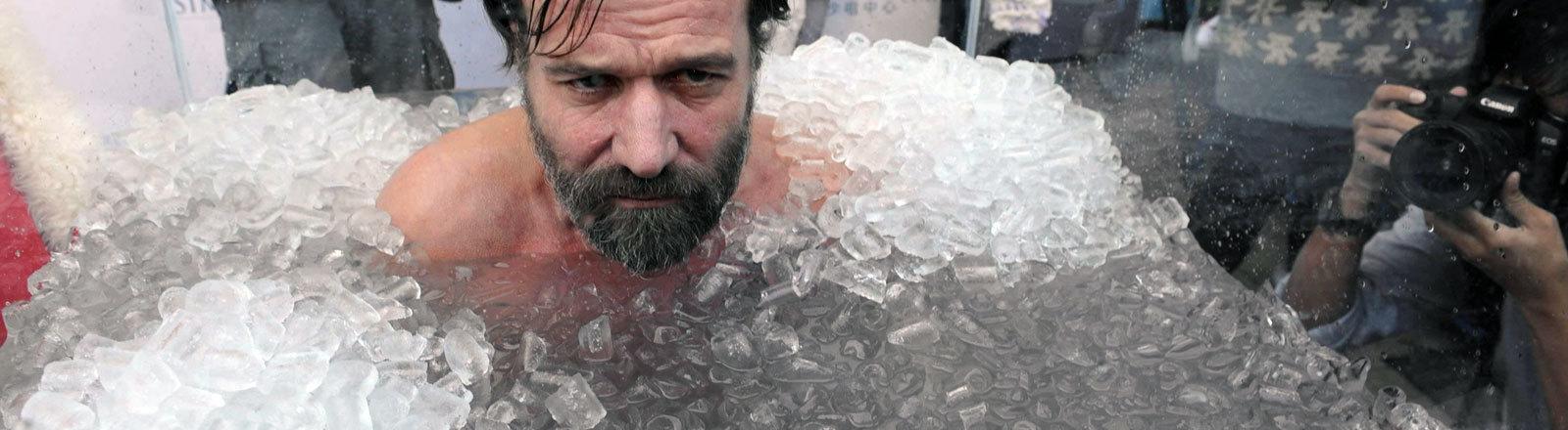 Wim Hof badet in Eis.