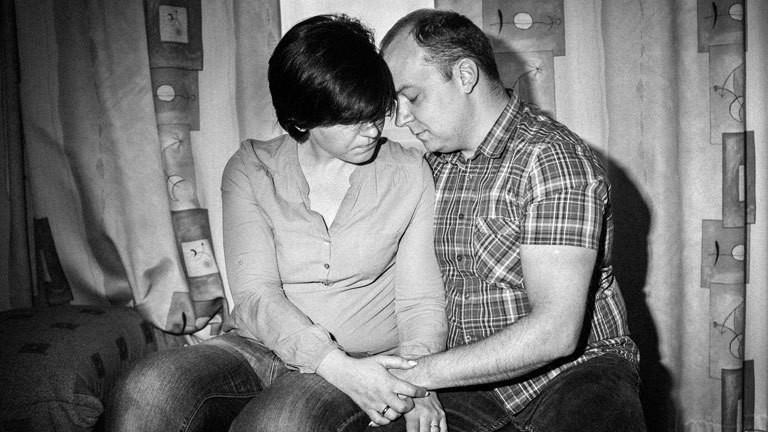 Zwei Menschen in Litauen halten sich die Hand