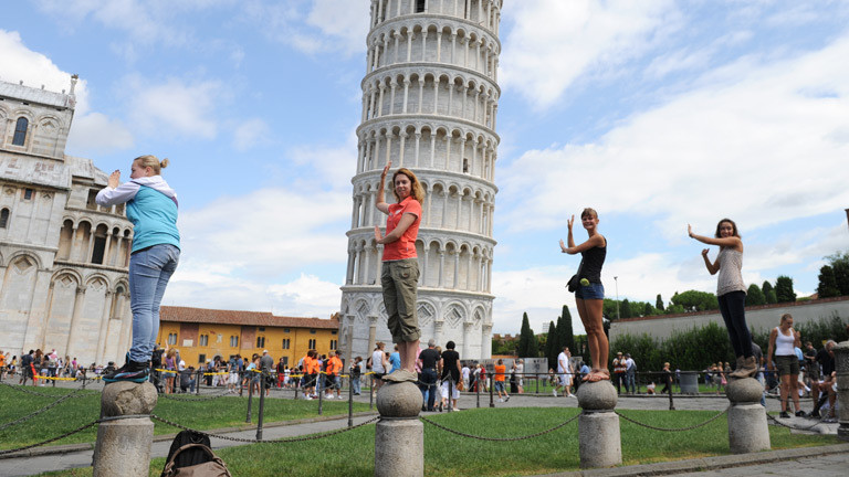 Touristinnen in  Pisa
