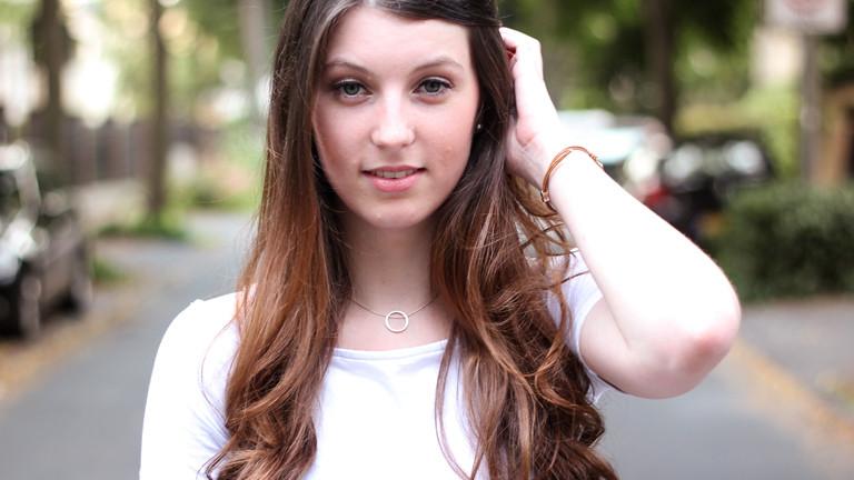 Junge Frau mit langen, dunklen Haaren.