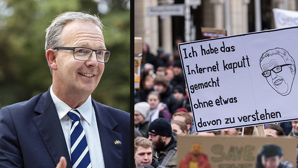 Axel Voss und ein Plakat, das sich über ihn lustig macht