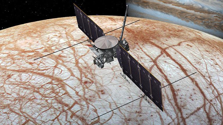 Jupiter-Mond Europa und Europa Clipper (Illustration).