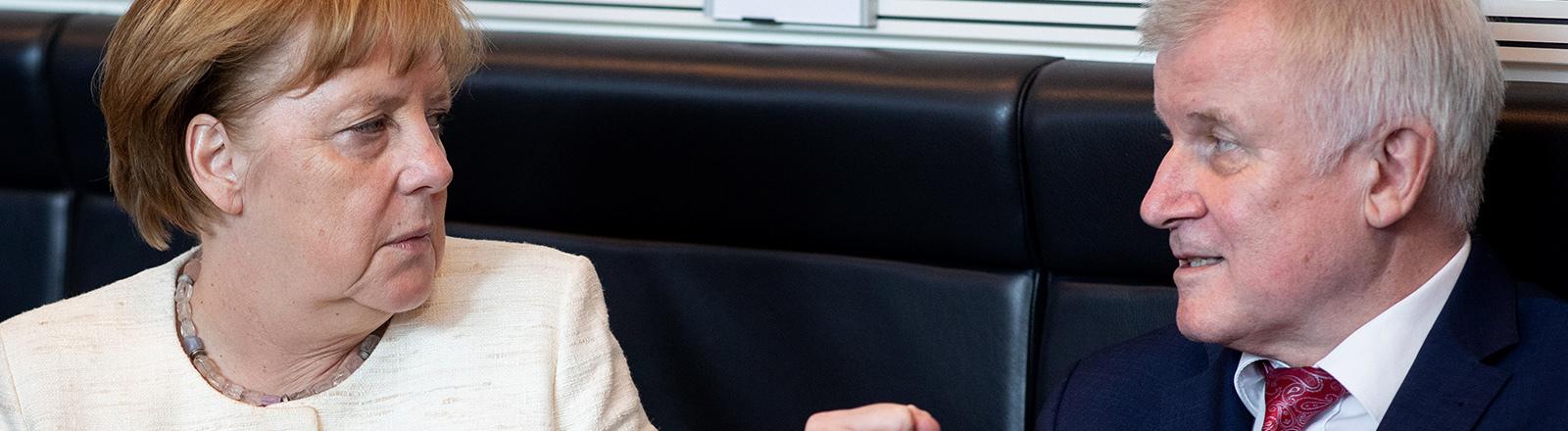 Merkel und Seehofer - Seehofer ballt die Faust