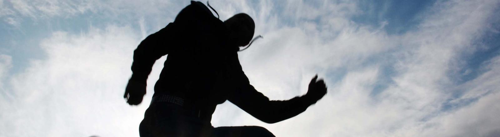 Ein Mann springt in der Luft