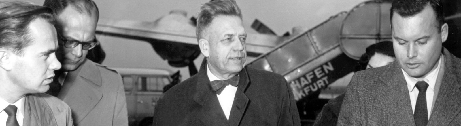 Der amerikanische Biologe und Sexualforscher Alfred Charles Kinsey wird am 22. November 1955 während einer Zwischenlandung auf dem Frankfurter Flughafen von Journalisten befragt.