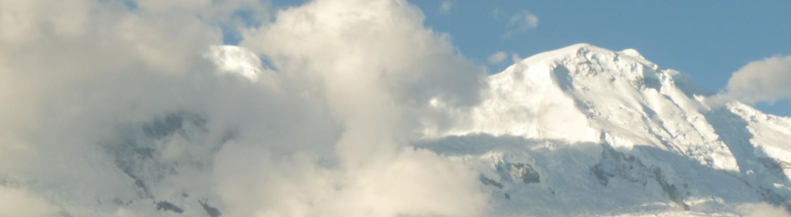 Wolken über den Überresten der Stadt Yungai in Peru