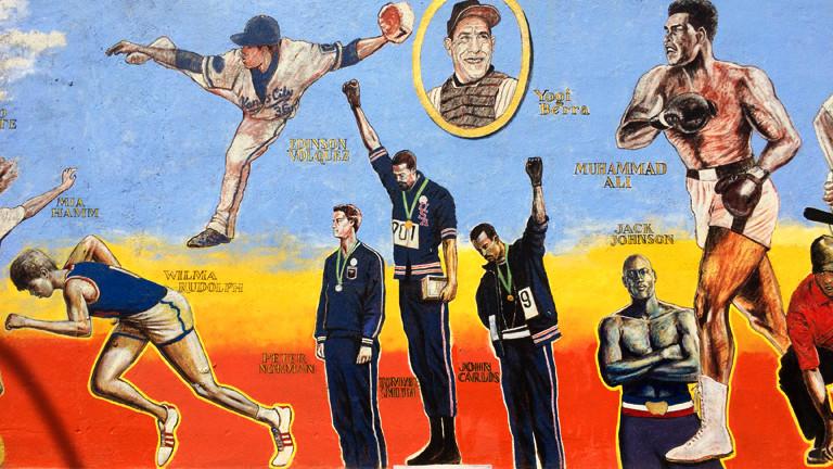 Eine Wandmalerei in New York zeigt schwarze Sportler, die für die Rechte der Schwarzen eingestanden sind.