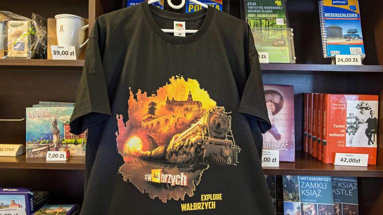 T-Shirts und andere Souvenirs sind in Walbrzych vom Goldzug inspiriert.