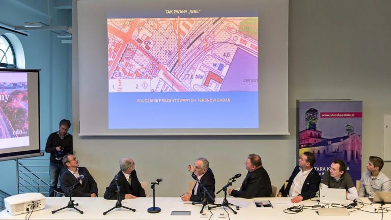 Piotr Koper (4 - R) und Andreas Richter (3 - R) präsentieren bei einer Pressekonferenz ihre Recherche zum Nazi-Goldzug.
