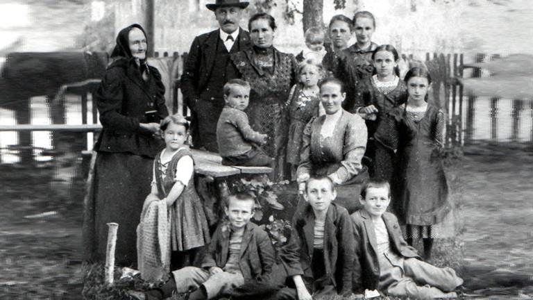 Spurensuche im Fotoalbum: Das ist die Familie von Elkes Großmutter. 1918 aufgenommen, das typische Familienfoto einer Böhmerwaldfamilie.