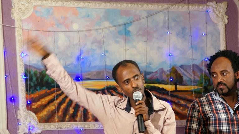 Bei der Talentshow im Club Nice moderiert Club-Besitzer Samuel Gebreselassie durch den Abend.