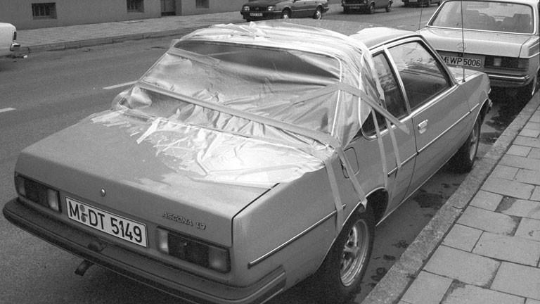 Von Hagel demolierte Autoscheibe