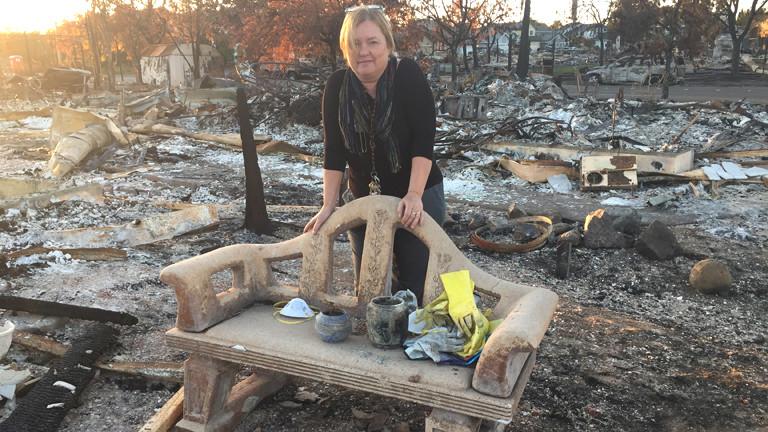 Pam mit ihrer Terrakotta-Bank, die das Feuer überstand