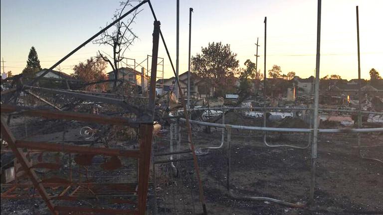 Überreste eines Trampolins in der verbrannten Wohnsiedlung
