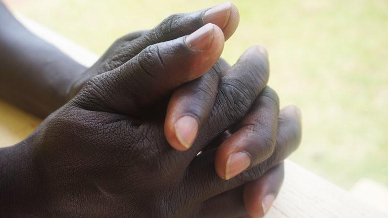 Okots Hände beim Gebet