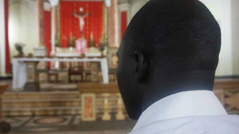Okot in der Kirche