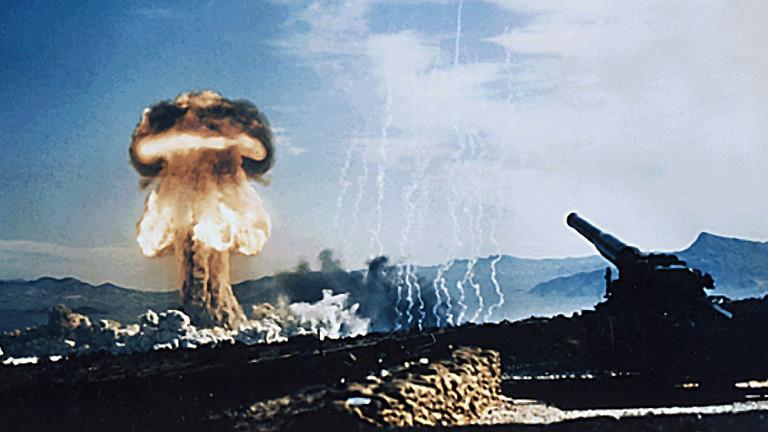 Ein Atompilz bei einem Atomtest in Nevada, 1953
