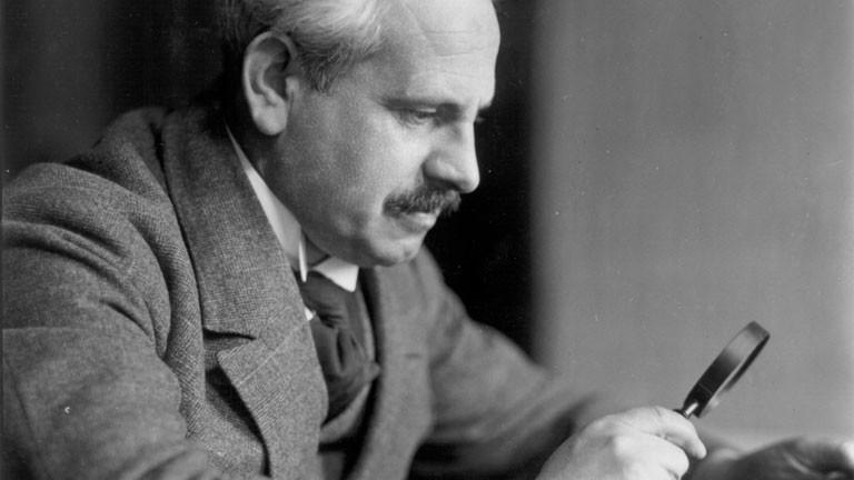 Wilhelm Doegen schaut durch ein Fernglas