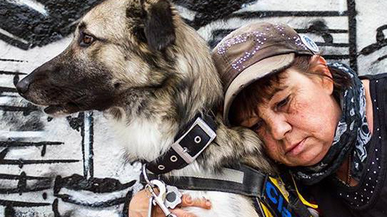 Linda Rennings mit ihrem Hund.