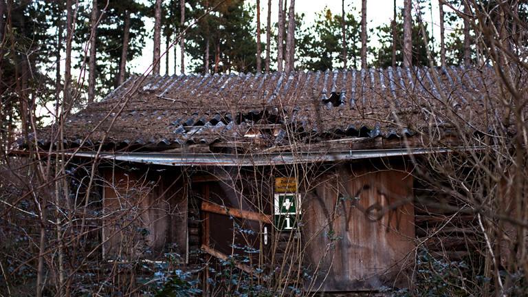 Ein zerfallenes Gebäude im Safari-Park Gänserndorf.