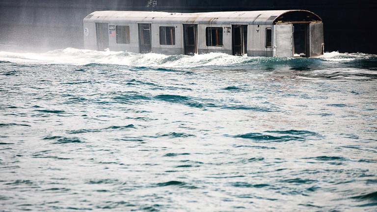 Ein U-Bahn-Wagon versinkt im Wasser
