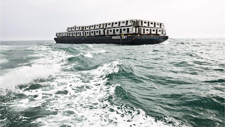 Ein Boot beladen mit U-Bahn-Wagons