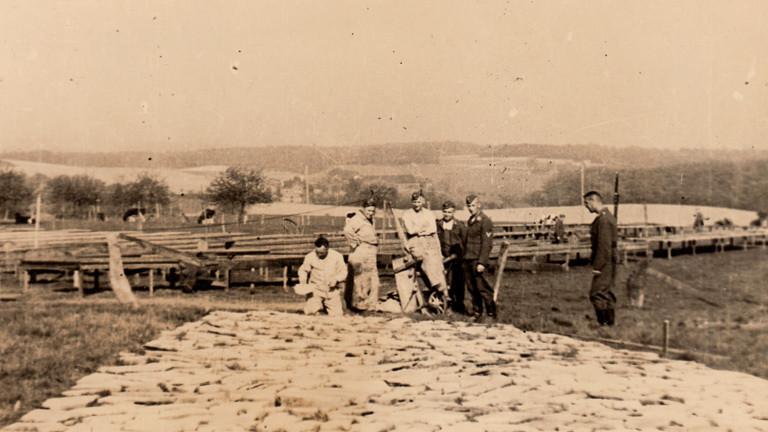 Arbeiter vor Kruppscher Nachtscheinanlage