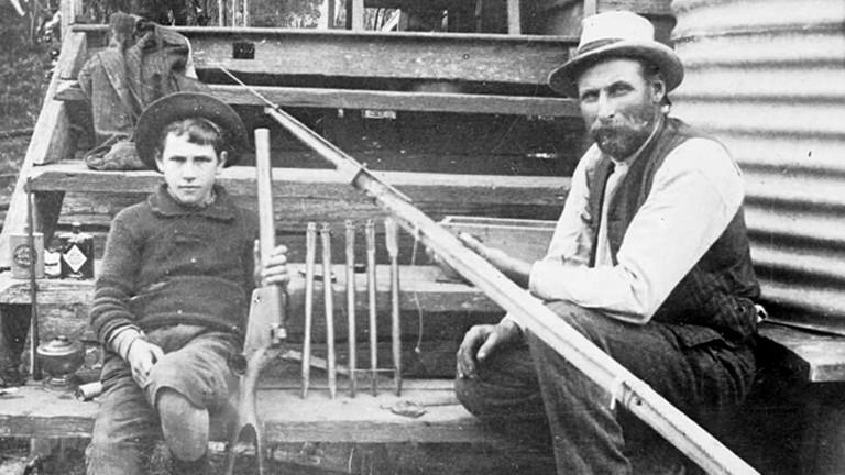 George Davidson mit seinem Sohn Wallace und Gewehr