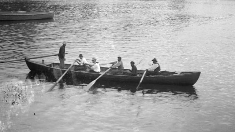 Walfänger auf einem Holzboot