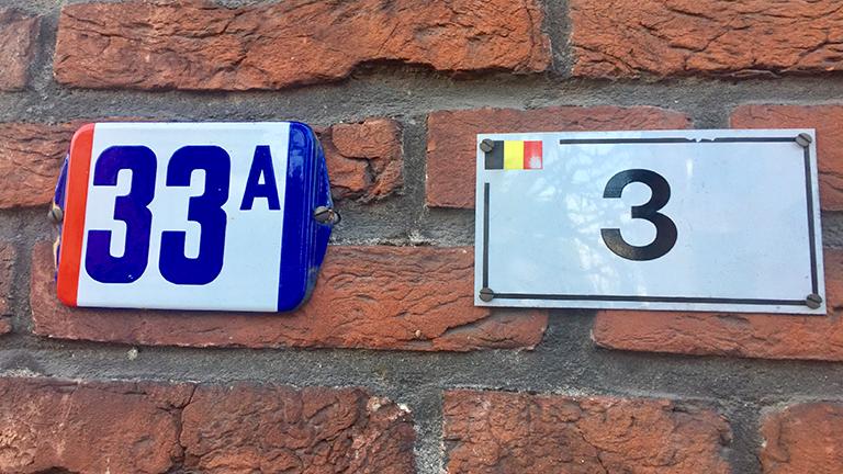 Hausnummernschilder in Baarle - holländisch und belgisch