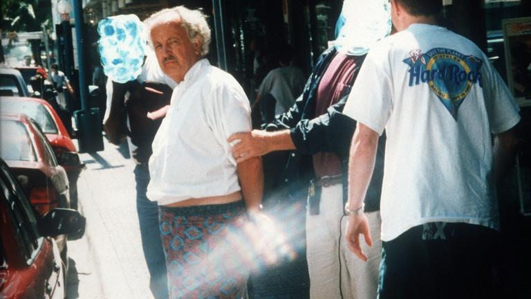n Bermudashorts wird der Bauspekulant Dr. Jürgen Schneider am 18.5.1995 vor einer Bank in der Innenstadt von Miami im US-Bundesstaat Florida festgenommen. FBI-Beamte und Zielfahnder des Bundeskriminalamtes hatten den flüchtigen Schneider überrascht, als dieser in einem Auto vor der Bank wartete. Im Januar 1996 erhob die Frankfurter Staatsanwaltschaft Anklage gegen Schneider.