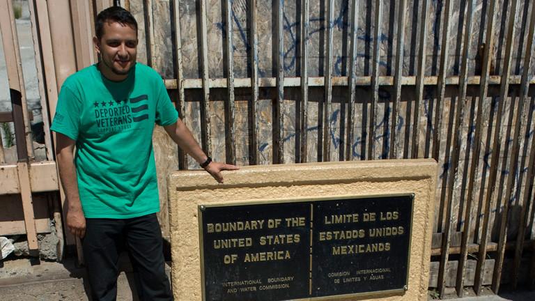 Der Mexikaner und ehemals illegale US-Veteran Daniel Torres an der Grenze zwischen den USA und Mexiko.