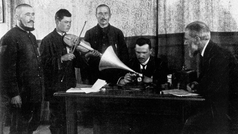 Tartaren spielen Musik in ein Grammophon.