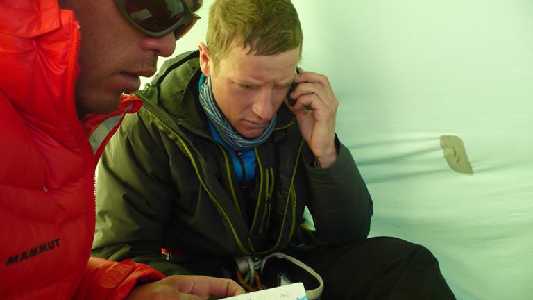 David Göttler mit Telefon und Kazuya