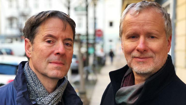 Andreas und Franz sind seit vielen Jahren ein Paar. Ende der 80er Jahre, als sie sich in einer Schwulenbar in Ostberlin kennenlernten, hätte die Berliner Mauer sie fast getrennt. Denn Andreas hat in Ostberlin gelebt und Franz in Westberlin.