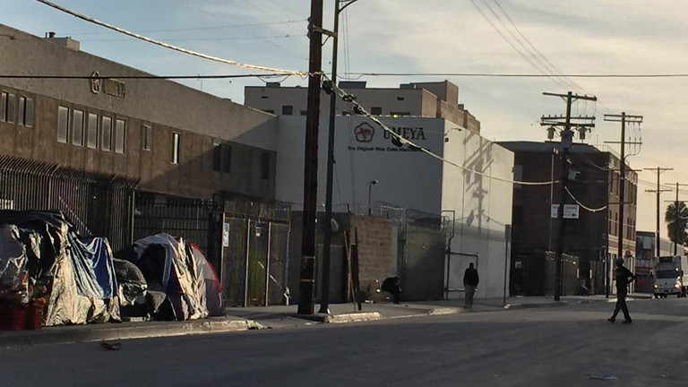 Zelte am Straßenrand