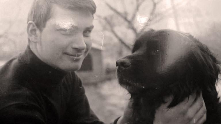 Heinz Schmitz als junger Mann mit einem Hund.