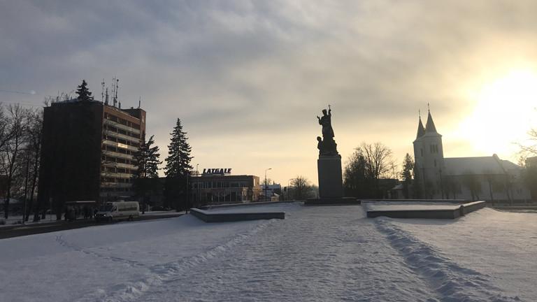 Plattenbau und Kirche im Winter in Rezekne