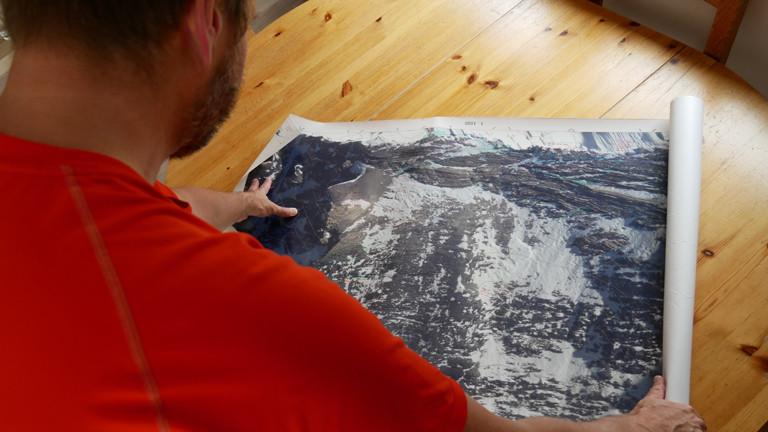 Mann mit Karte von Everest