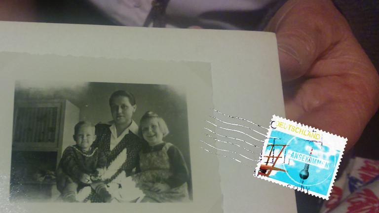 Mechthild May zeigt ein altes Foto in einem Fotoalbum