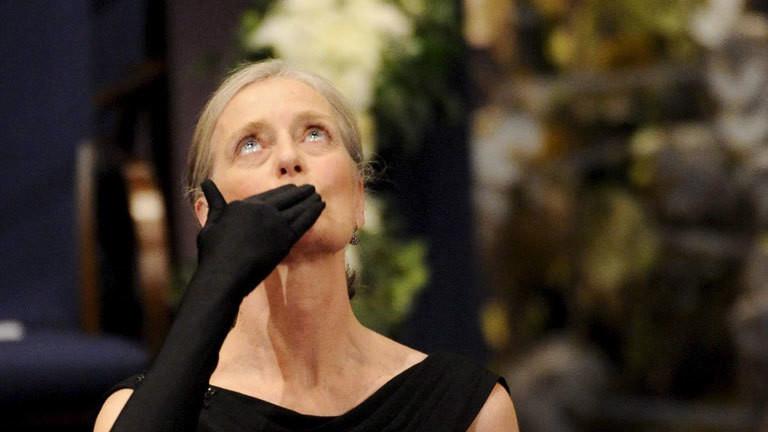 Claudia Steinman, Ralph Steinmans Frau, nimmt den Medizinnobelpreis für ihren Mann entgegen.